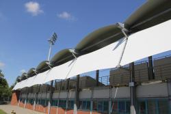 Montaż wiatrołapów na stadionie