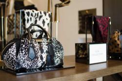 Printy zwierzęce wmodzie – torebki, sukienki jak je łączyć ze stylem casual?