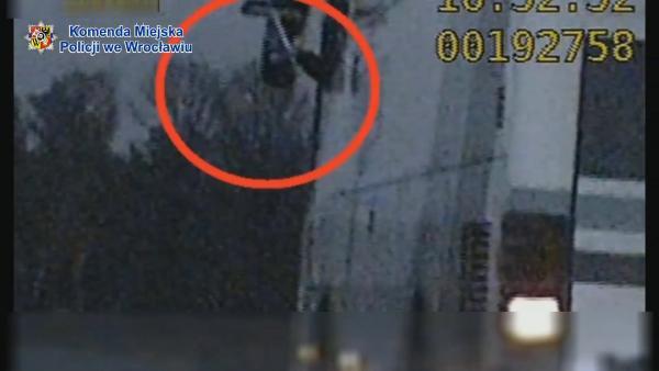 Miotłą trzymał lusterko itak prowadził autobus pełen pasażerów