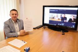 Koronawirus nie przeszkodził. WŚrodzie Śląskiej zdalnie podpisano umowę na remont dróg gminnych