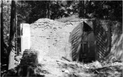 Przy ruinach kaplicy
